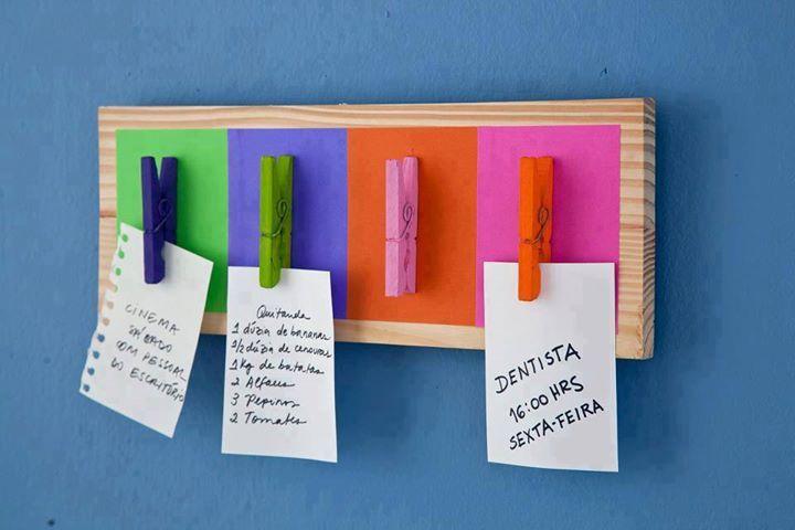 Madera, pintura, broches y pegamento es lo único que necesitas para armarlo y tener siempre cerca tus anotaciones. ¡Anímate a crear el tuyo y darle color a tus espacios! #adondevivir