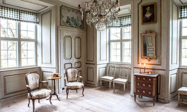 Det vita förmaket har fast inredning skapad av Carl Hårleman och är ett utmärkt exempel på 1700-talets sparsmakade rokoko.