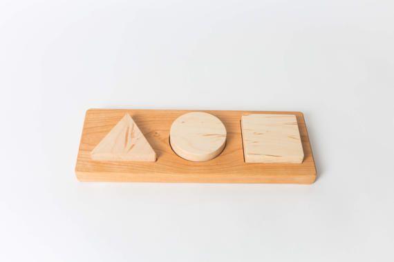 Vous présenter ce premier puzzle trapu, dès l'âge de 12 mois. Ce puzzle est une première forme chunky puzzle qui comprend un triangle, cercle et carré. C'est merveilleux pour l'amélioration de la coordination oeil-main de votre enfant, trier les compétences et la motricité fine. Il est fait de bois d'érable et cerisier. Les tons de bois peuvent être interchangés. Il est fini avec un mélange de cire d'abeille/huile.  Dimensions: 4.5 X 12
