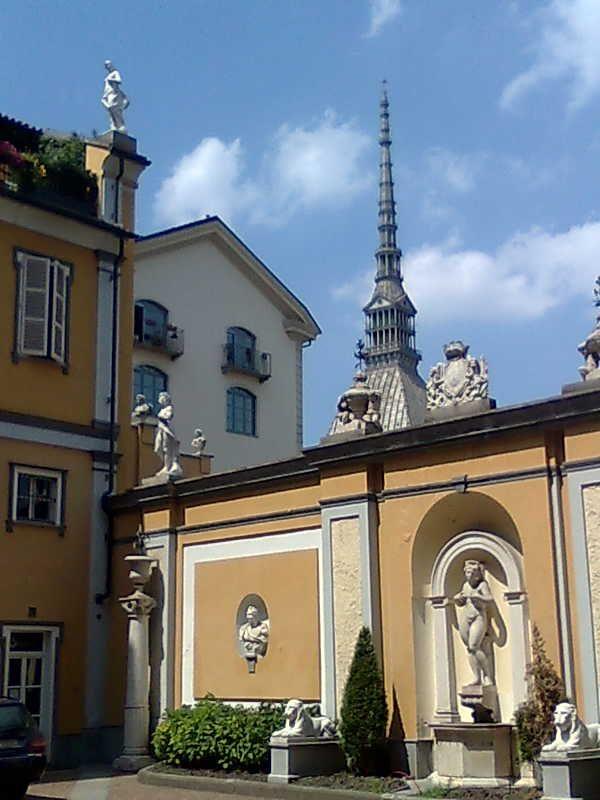 La #Mole Antonellina vista dal cortile della  Fondazione #Accorsi - Ometto Museo di Arti decorative http://www.fondazioneaccorsi-ometto.it/