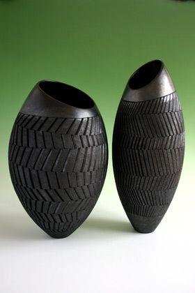 Ashraf Hanna (céramiste anglais d'origine égyptienne) - vase monté au tour droit; avant de l'évaser, des bandes verticales ont été découpées tout autour du vase avec un fil torsadé. la découpe fait des sortes de vagues. Ensuite le céramiste continue à tourner en évasant le vase d'une seule main à l'intérieur, pour ne pas toucher à la texture externe. La giration du tour vrille les bandes qui se placent en spirale.