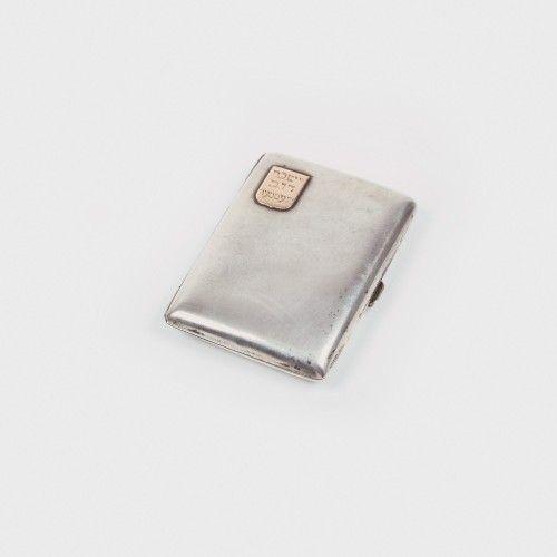 Tabacheră din argint și aur, inscripționată în ebraică, sfârșitul sec. XIX Atelier Austriac, retailer Bachruch argint 800, aur 9k, 1 x 6 x 8,5 cm, 87 g Preţ de pornire: € 100