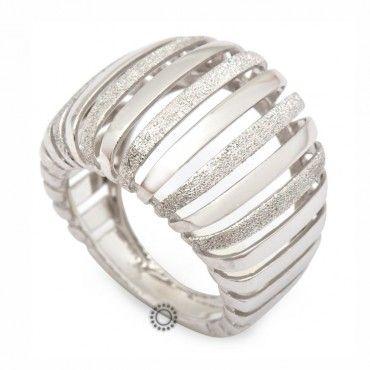 Εντυπωσιακό αλλά απλό γυναικείο δαχτυλίδι λευκόχρυσο Κ14 άπετρο, σε λουστρέ-ματ φινίρισμα, μπουλ με κενά | Κόσμημα ΤΣΑΛΔΑΡΗΣ στο Χαλάνδρι από το 1958 #απετρο #λευκοχρυσο #λουστρε #ματ #δαχτυλίδι