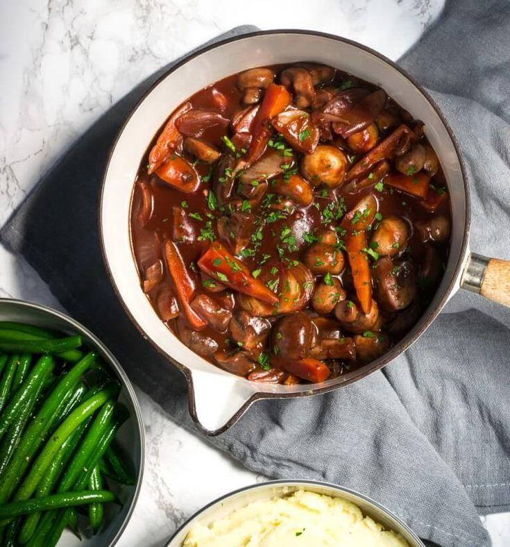 Vegan Chestnut Mushroom Bourguignon // Just by looking at this bourguignon, you might already feel warm and happy. Not just a Christmas recipe! Make it all winter long for a healthy and satisfying dinner. | The Green Loot ... #vegan #Christmas