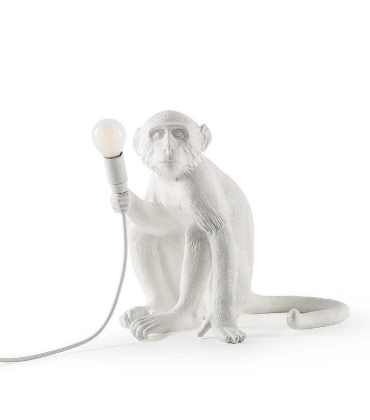 Vi falt helt for disse forseggjorte ape-lampene fra italienske Seletti. Monkey vil være en slående detalj til ditt interiør og spre glede og lys både på stue, soverom og barnerom. De er laget av syntetisk harpiks (plastmateriale) og kommer i hvit og sort farge.