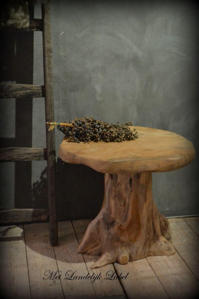 Stoere bijzettafel (boomstam van oud hout) prachtig doorleefd! www.metlandelijklabel.nl