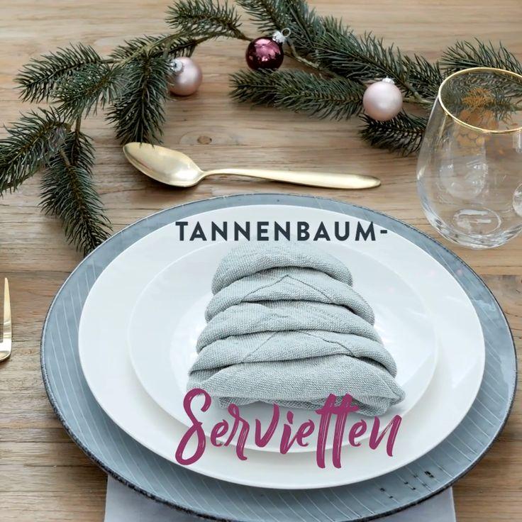 Goldige Tannenbaum-Servietten! Wir zeigen Euch wie schnell ihr einen kleinen Hingucker für das große Weihnachtsessen zaubern könnt. Wunderschön & super einfach. Passende Servietten für dieses DIY findet Ihr bei WestwingNow! // Weihnachten Serviette Tischdeko Ideen Howto Selbermachen Eindecken DIY Weihnachtsessen Weihnachtsdeko Skandinavisch Modern Heiligabend Tisch Deko Dekoration #WeihnachtsDeko #WeihnachtsTisch #ServiettenFalten #DIY #Howto #Weihnachten #Weihnachtsdekoration #WeihnachtsEssen