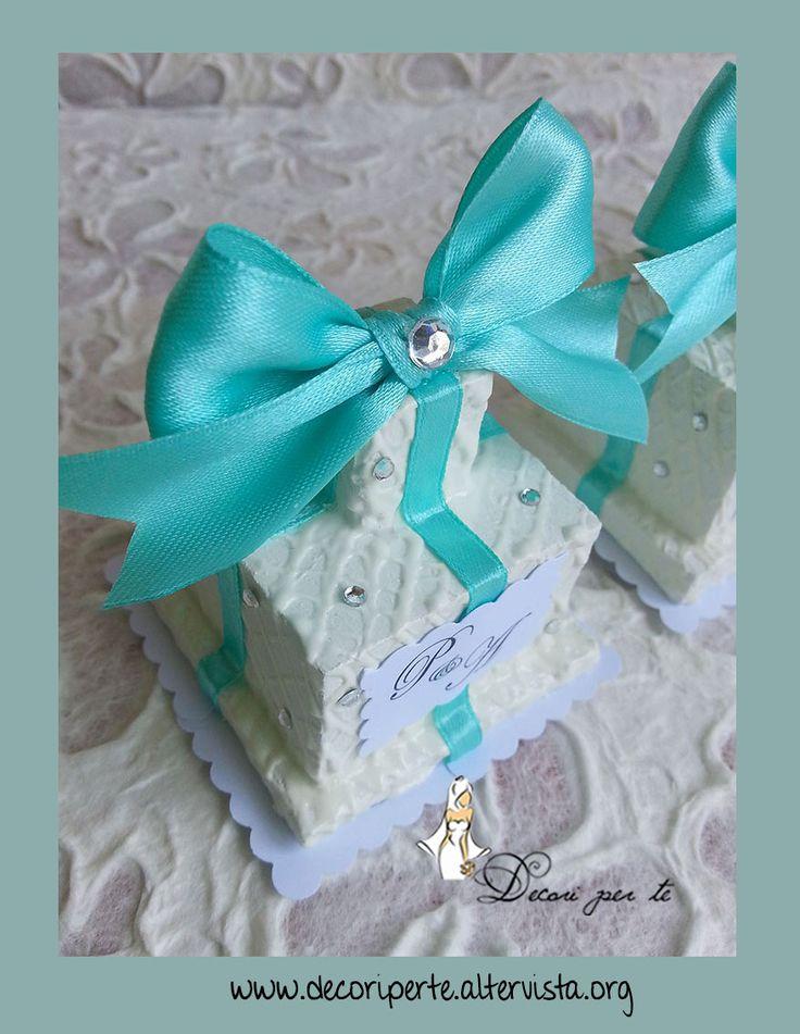 """SEGNA-POSTO """"TIFFANY"""" TORTINE/MINI WEDDING CAKE - tiffany mini wedding cake   MINI WEDDING CAKE/TORTINE REALIZZATE, DIPINTE E DECORATE A MANO, DECORATE CON NASTRI TIFFANY + CRISTALLI + INIZIALI DEGLI SPOSI + ASTICELLA IN ACCIAIO PORTAMEMO PER UTILIZZARLE COME SEGNA-POSTO.  DIMENSIONI: BASE 5.6 CM X ALTEZZA 9 CM - ALTEZZA CON PORTAMEMO CM 18"""