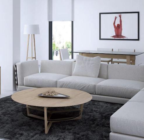 Mesa redonda en madera clara
