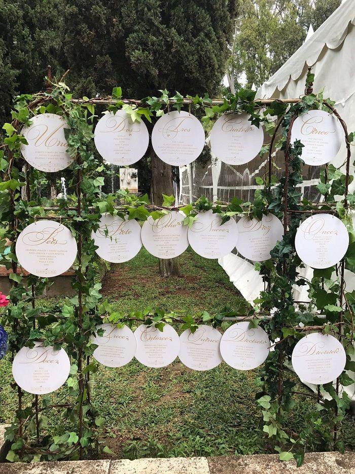 Seating plan con círculos de madera grabados con los nombres de los invitados. #Loveratoryseatingplan #Loveratory #papeleriadebodas #seatingplan #weddingseating #weddingstationery #bodas2017