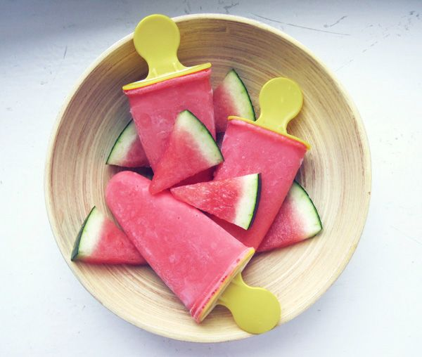Meloni-mansikka-jogurttimehujäät. Vesimeloni-mansikka-jogu mehujäät  Vesimelonia, tuoreita mansikoita ja/tai pakasteesta, pieni määrä limen/sitruunanmehua, pieni määrä hunajaa, 2-3 rkl turkkilaista jogurttia. Blenderissä sekaisin, kaada muotteihin ja pakasta.