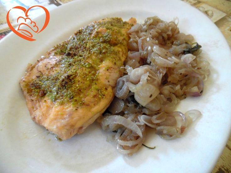 Trota salmonata con pistacchi e cipolle http://www.cuocaperpassione.it/ricetta/bf311f4c-9f72-6375-b10c-ff0000780917/Trota_salmonata_con_pistacchi_e_cipolle