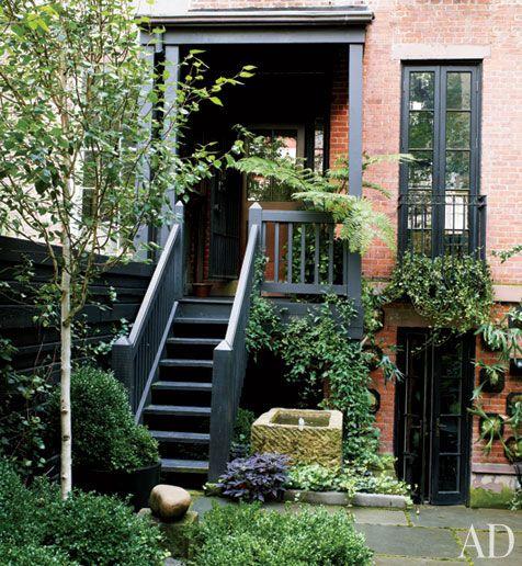 Julianne Moore's Verdant New York City Garden | http://www.architecturaldigest.com/homes/homes/2012/03/julianne-moore-home-garden-new-york-slideshow#slide=5