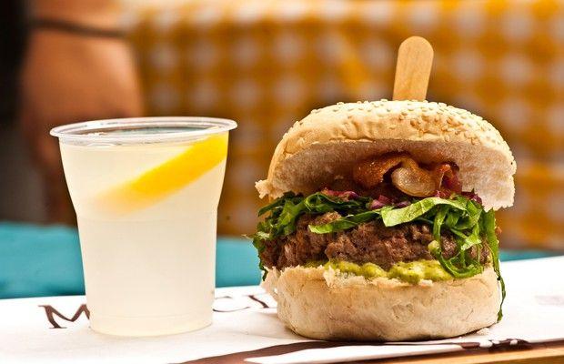 Hambúrguer de costela com batata doce grelhada, couve e bacon é uma opção na barraca do Marcelino Pan Y Vino (Foto: Divulgação)