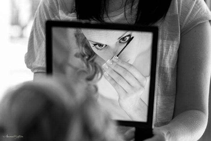 Bride putting on her mascara - Norway documentary wedding photographer