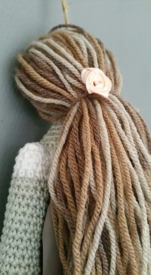 Tilda, de gehaakte versie!  Ze heeft een mooie bos haar gekregen .. 3 verschillende kleuren wol gebruikt voor een speels effect. Volg ons op Facebook over haken en meer www.facebook.com/mijnschoonzusenik