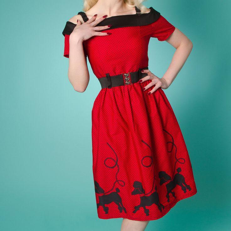 retro kleding Miss Fortune Carrie Dress Poodles  Poodle Skirts  waren populair in de jaren  50, nu hebben wij de Carrie Poodle Dress! Het kan dan ook niet anders dan dat de hoofdrol is weggelegd voor de grote poedels die de hele onderrand van de rok versieren.