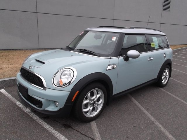 How I love the Ice Blue Mini Cooper Clubman. Kinda has 'road trip' written all over it. <3