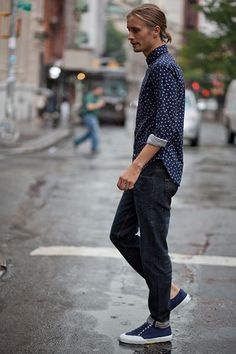 Business casual work outfit: navy and white polka dot top, dark skinny jeans, navy supergas