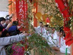 春日の十日えびす   春日神社の境内福の神である佐良気神社はえべっさんをお祀りしています十日えびす当日は10時15時頃まで招福の吉兆笹を受けられますよ tags[奈良県]