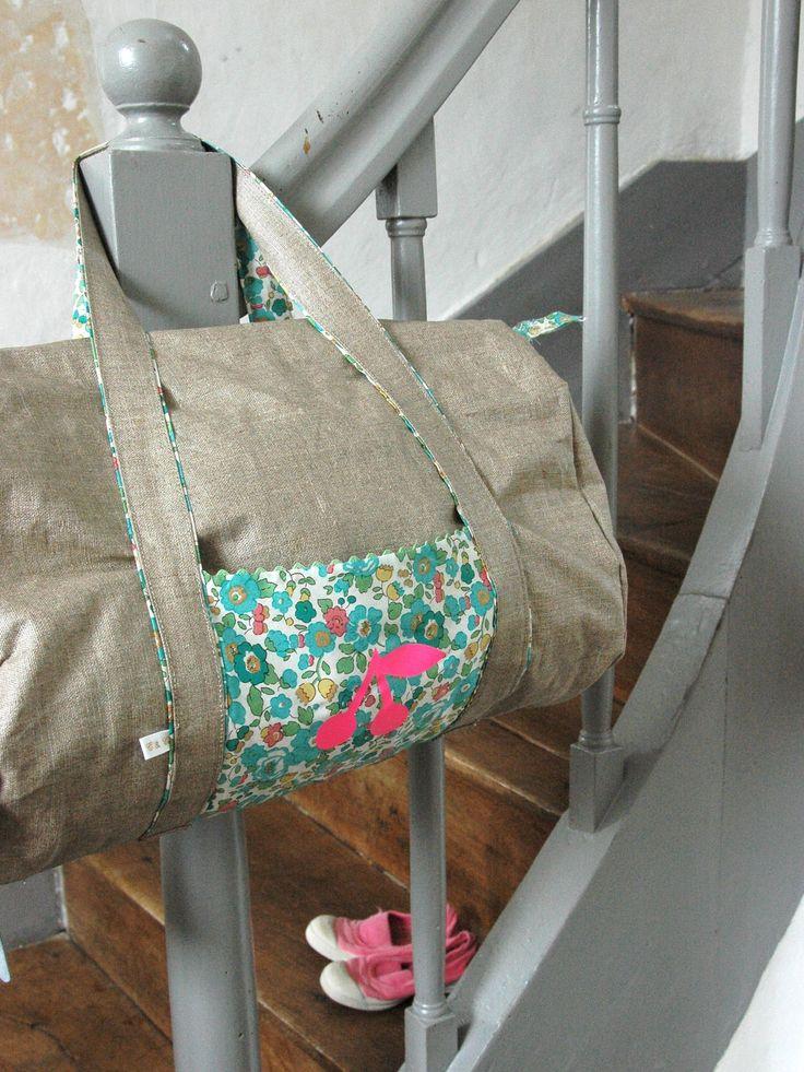 des sacs accrochés à l'escalier!