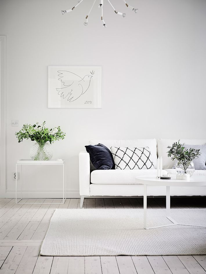 Sala nórdica minimalista todo en blanco