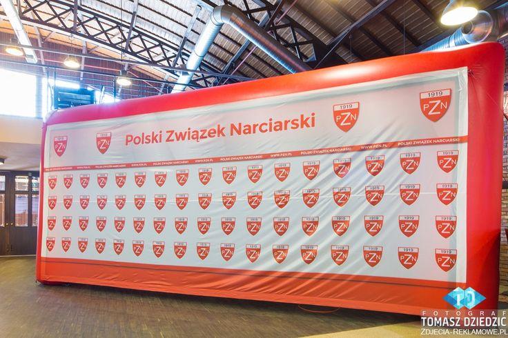 Brama z siatką reklamową tworząca ściankę dekoracyjną. www.poltent.pl dla Polskiego Związku Narciarskiego