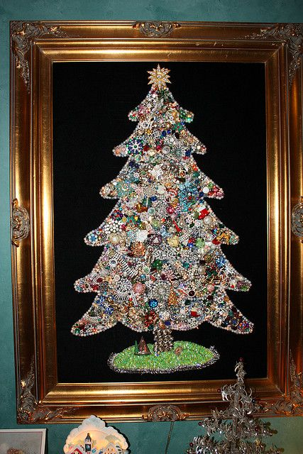 Another Christmas tree made from paste jewelry.  This one is very similar to my mom's with a black velvet background.  Still hunting for directions...