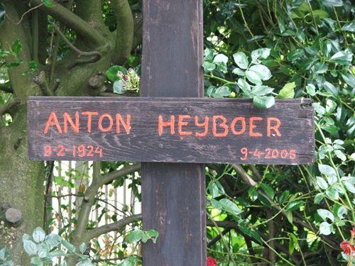 Anton Heyboer  9 april 2005 kunstschilder, woonde samen met 4 vrouwen