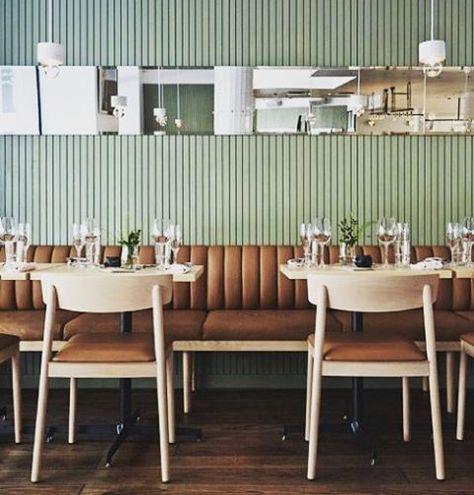 Básico e lindo! A combinação de couro com revestimento de madeira ripada deixou o restaurante moderno e aconchegante!  #referência #urbi #urbiarquitetura #interiores #decor #decoração #arquitetura #restaurante #couro