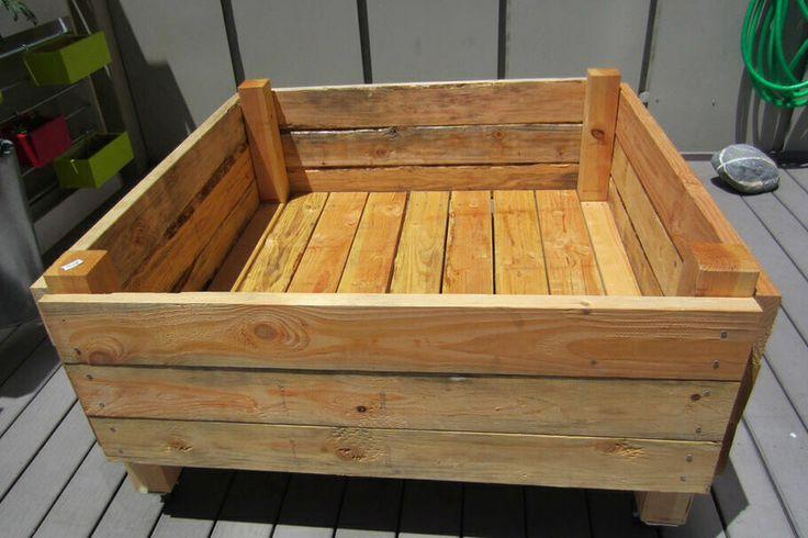 Contenitore in legno ricavato da pallet per coltivare ortaggi.