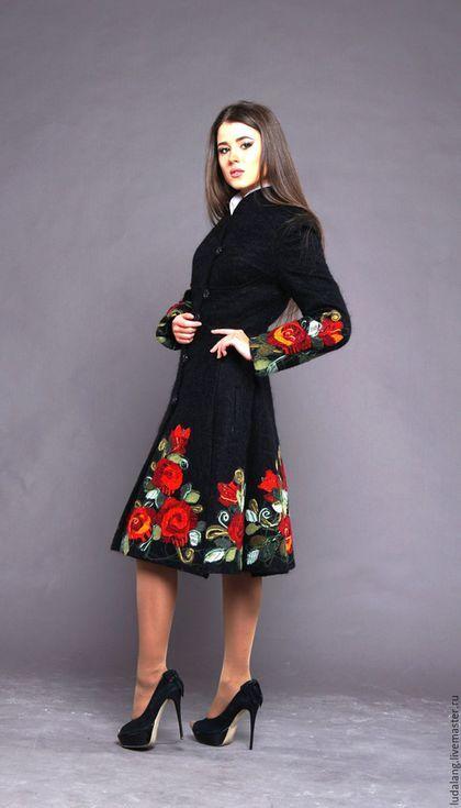 Купить или заказать Пальто демисезонное Бархатные розы в интернет-магазине на Ярмарке Мастеров. Неповторимое пальто женственного силуэта, подчеркивающее талию и с расклешенной юбкой. Эта модель так полюбилась нашим покупателям, что была сделана в синем, сером и черном цвете. На выставках мужчины застывают, если кто-то меряет это пальто, настолько притягательно оно смотрится. Если Вы хотите радости, не боитесь внимания, желаете восхищения, это пальто для Вас.
