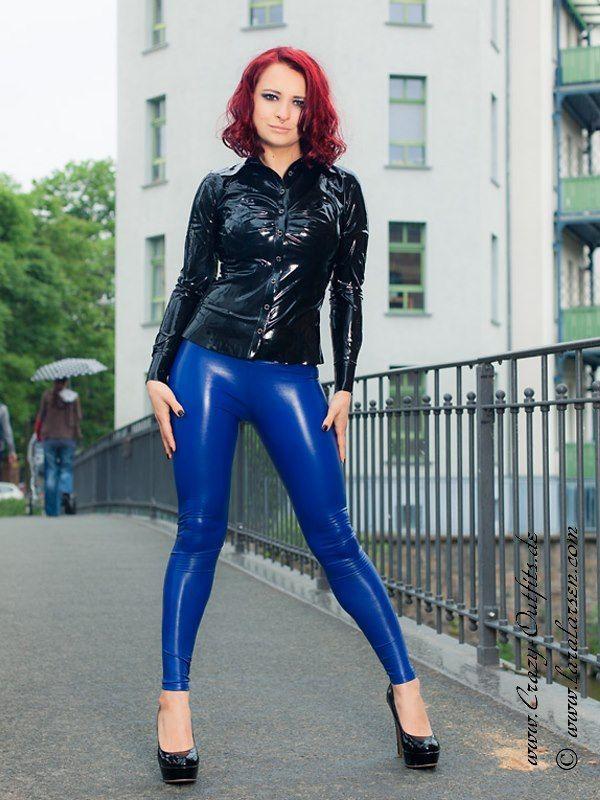 kunstleder leggings razer blau latex in ffentlichkeit. Black Bedroom Furniture Sets. Home Design Ideas