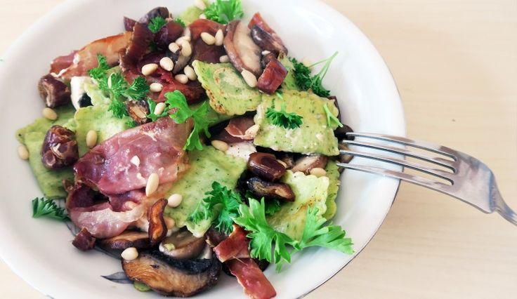 Ravioli met gebakken ham, geitenkaas, champignons, pijnboompitten en peterselie