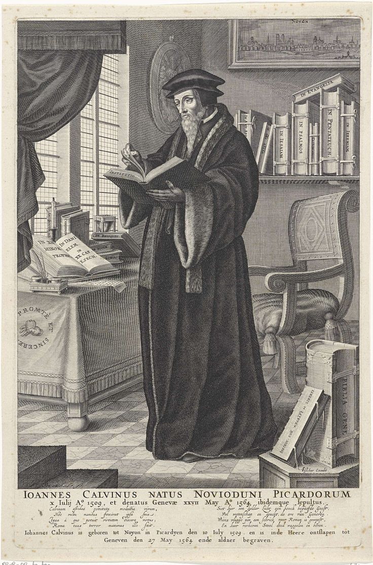 François Stuerhelt | Portret van Johannes Calvijn, François Stuerhelt, Claes Jansz. Visscher (II), c. 1602 - 1652 | Portret van kerkhervormer Johannes Calvijn, staande in zijn studeerkamer. Hij bladert in Institutie, een door hem geschreven boek. Aan de wand een boekenplank en een schilderij met een gezicht op zijn geboorteplaats Noyon. Links een tafel bij het raam met daarop een inktstel en boeken. Onderaan in de marge een vierregelig vers in het Latijn en in het Nederlands.