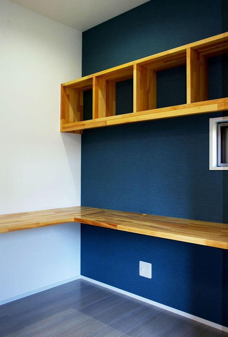 青い壁の書斎コーナーはコの字のカウンター付き