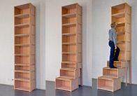 Bietet leicht erreichbaren Stauraum bis unter die Decke: das Treppenregal.