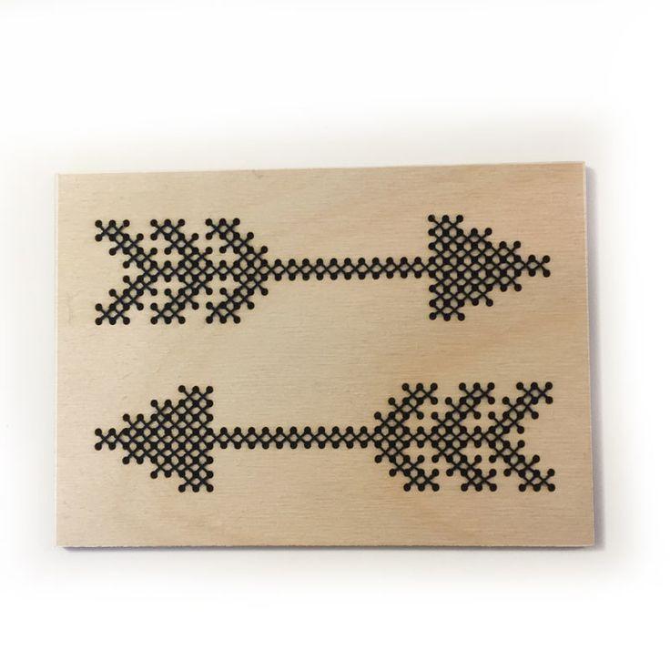 DIY Borduurkaart hout Pijlen Voor de creatievelingen onder ons; een DIY borduurkaart.  (deze kaart ontvang je dus niet kant-en-klaar) Een compleet pakketje om een leuke kaart te borduren. Verstuur hem via de post of zet hem in huis neer. Ook leuk om dit als DIY-pakket cadeau te geven! Inhoud: - Naald - Draad - Houten kaart (3mm dik) - Tips