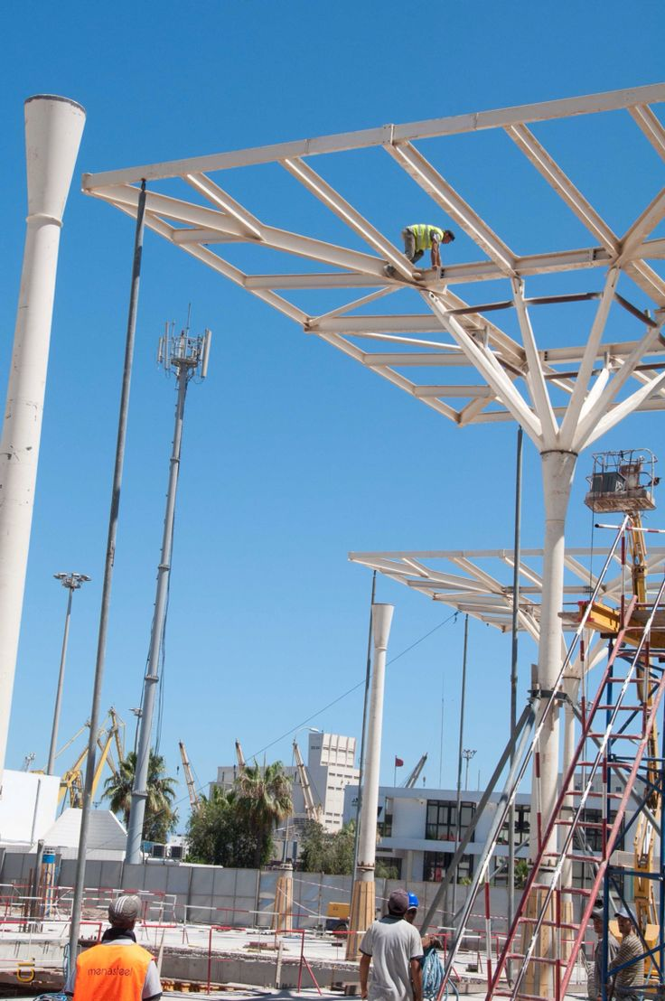Casablanca railway station : a worker climbing the structure. Arep/Groupe3 architects - MaP3 engineers