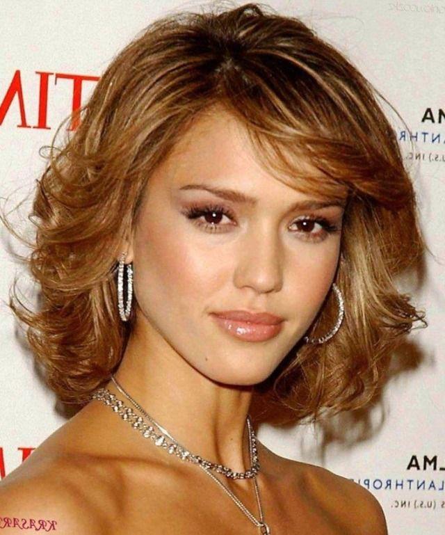 Стрижки для средней длины волос волнистых для овального лица фото