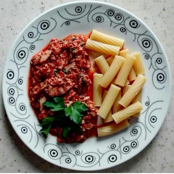 Kryzysowe danie u mnie w rodzinie, jak nie ma pomysłu na obiad. Tuńczyk pomidorowy na 350kcal.  B: 30g T: 9g W: 30g Bł: 3g ➖➖➖➖➖➖➖➖➖➖➖➖➖➖➖➖➖➖ 1/4 cebuli 1 ząbek czosnku 130 g tuńczyka w kawałkach z puszki 100 g passaty pomidorowej bazylia, papryczka chilli, rozmaryn, sól świeża natka pietruszki  35 g makaronu 7 g oleju  Cebulę pokroić w kostkę, wrzucić  na suchą patelnię razem z posiekaną papryczką chilli, zalać odrobiną wody i gotować aż się zeszkli. Dodać wyciśnięty przez praskę czosnek...