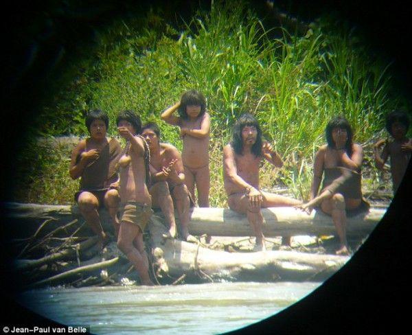 cool Ανέκδοτες φωτογραφίες με την «χαμένη» φυλή του Αμαζονίου που ζει εδώ και 600 χρόνια, χωρίς καμία επαφή με τον έξω κόσμο! Οι αρχές του Περού απαγορεύουν κάθε προσέγγιση λόγω της έλλειψης ανοσίας των ιθαγενών (φώτο & βίντεο)