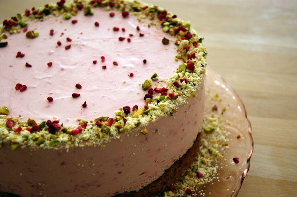 Da min far havde fødselsdag her d.27 juni, lavede jeg denne hindbærfromage kage til ham. Han ønske mht. kagen var noget let, frisk og noget med bær, derfor blev det til denne lille kreation.