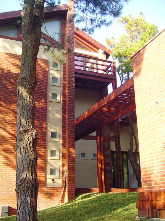Vivienda unifamiliar en Pinamar. Superficie cubierta 390m2 - Año de ejecución 2007 | Alessio Stoichevich Arquitectos
