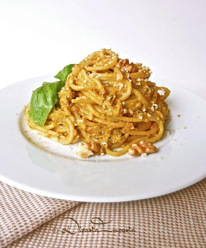 Spaghetti con pesto di pomodori secchi e friggitelli