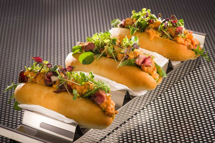 Surf & Turf Roll: Hot Dog Brötchen mit zarten Tranchen vom Schaufelstück und confierten Garnelen