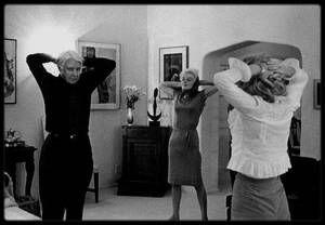 """20 Janvier 1962 / (Part II) Le producteur Henry WEINSTEIN organise une soirée chez lui avec notamment pour invité d'honneur, Carl SANDBURG, poète, historien et écrivain, lauréat du prix """"PULITZER"""" en 1951 ; Marilyn alors sous contrat avec la Fox et WEINSTEIN avec son dernier film """"Something's got to give"""", fait partie des convives et est présentée à l'homme de lettres, avec qui elle partagera des mouvements de relaxation et des pas de danse le tout arrosé de champagne et autres cocktails…"""