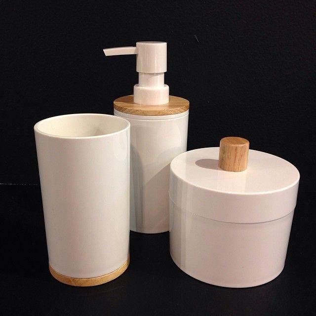 Vi gillar ordning i badrummet. Dessa produkter i plast med trädetaljer är vårnyheter vi just packat upp! Liten låda med lock för tex bomullspads 70kr, mugg för tex tandborsten 60kr, tvålpump 90kr. #habitatsverige #nyhetpåhabitat #badrumsdetaljer