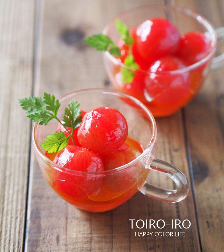 生のトマトが苦手な私が、美味しく食べられるようにしたくて生まれたのがこの料理。湯むきしたプチトマト(ミニトマト)をマリネ液につけておくだけで、まるでフルーツのような甘くてジューシーなトマトに変身します。見た目もキラキラして綺麗なのでおもてなしの前菜にしたり、お弁当に入れたり、大活躍!作り置きできる便利な野菜料理です。