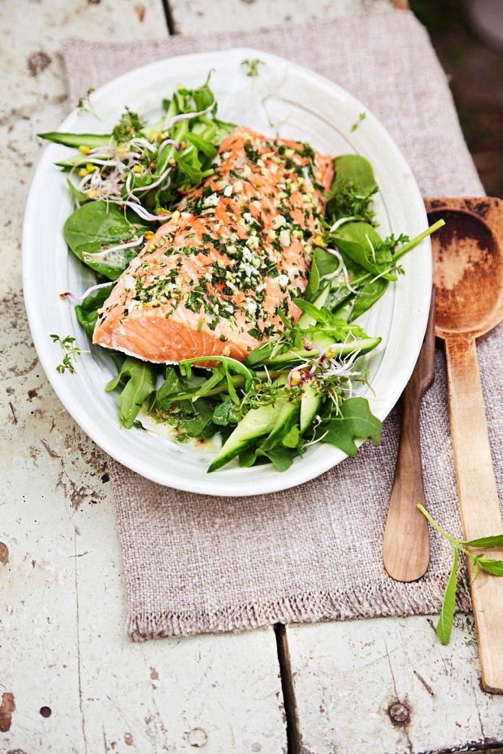 Salat mit gebackenem Lachs | Zeit: 30 Min. | http://eatsmarter.de/rezepte/salat-mit-gebackenem-lachs